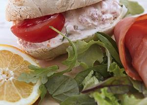 Lax- och skaldjursfyllning är en något lyxigare smörgås.