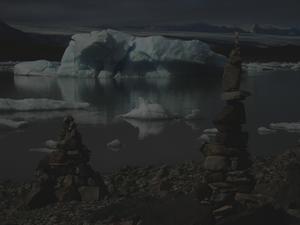 Isberg som kalvar i mindre sjö.