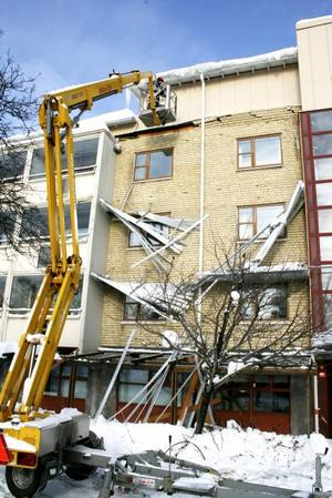 RAS. Stora delar av fasaden på kommunhuset i Hofors totalförstördes natten mot tisdagen. På tisdagsförmiddagen jobbade byggarbetare med att ta bort allt löst tegel på fasaden som annars riskerade att rasa ner självmant.
