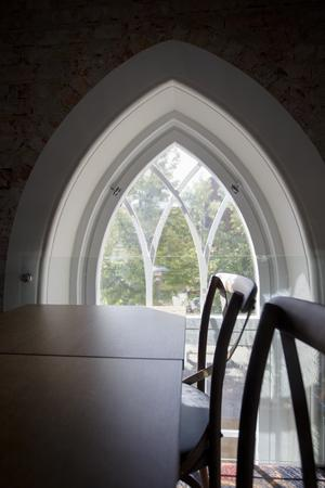 Tegelstenarna på kyrkoväggen knackades fram. Fortfarande finns mycket kvar i lokalen som minner om att den varit en kyrka från början.