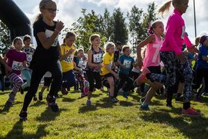 Enligt arrangörerna deltog runt 400 barn i löptävlingarna som anordnades i Strandparken under dagen.