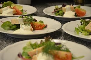 Skaldjurspaté stod på menyn, trerätters, när Moderaterna hade valvaka på Bångbro Herrgård.