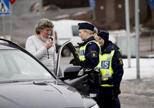 Blåst.  Ola Skinnars tar i för Pernilla Schmidt och Donna Eljammal.