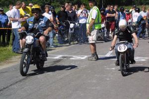 Från dragracingtävlingen för mopeder. Mats Larsson, Jättendal, till höger, fick