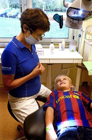 Klinikchefen Karin Konradsson undersöker Valter Berg som inte är det minsta orolig för att gå till tandläkaren.