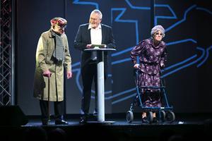 Årets absoluta höjdpunkt är när Sven intervjuar Joel 97 år och hans hustru Alma 96 år. De båda funderar på att separera.
