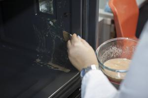 Innan ugnarnas självrengöringsprogram testades smetades ugnarna in med en smutsblandning. Foto: Frazer Waller