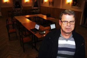 Bo Wikström (S) i ett öde Folkets hus i Ljusne. Inte en enda förälder dök upp för att diskutera skolans framtid.