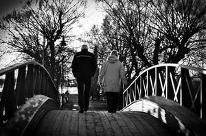 Var ute på lögarägen en vacker december dag. Tog denna bild lite snabbt när ett äldre par gick över bron.