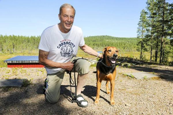 Sven-Ivan och stövarschillern Barry på jaktskyttebanan i Älvros.