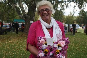 Ann-Kristine Frisk Berglund från Ilsbo brukar fira triumfer med sina vinnande bidrag. Här med vackraste blomdekorationen.