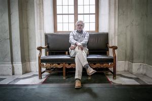 Carl B Hamilton har lämnat sina politiska uppdrag, men är fortfarande rådgivare på EU-kommissionären Cecilia Malmströms handelsdirektorat och sitter i Riksbanksfullmäktige.