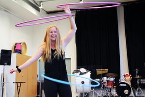 Melody Freeman blev helt betagen av hoopdance, när hon upptäckte denna dansform på Youtube för ett och ett halvt år sedan.