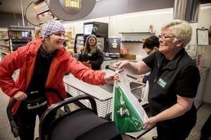 Åsa Rönnlund får hjälp av Annika Bergström ur personalen att packa sina varor.