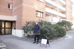 Anniqa Tengström har ställt fram visningsskylten och väntar på besökarna.