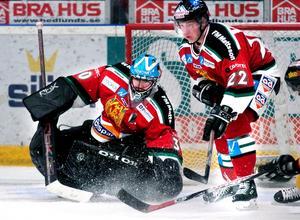 Matchvinnare. Målvakten Juha Pitkämäki höll nollan mot Bofors. Backen Tero Määttä, till höger, avgjorde matchen med matchens enda mål. Foto:JohanSolum/arkiv