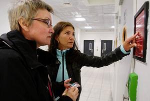 Lena Grääs och Carina Björklund läser instruktionen om och om igen för att få koden som gör att de får uträtta sina behov. Klart är att det inte går att komma till dörren i krisläge för det kan dröja innan man har knappat rätt.