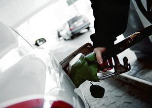 Det blir svårt att införa ett pristak på fossila drivmedel. Foto: Fredrik Persson/TT