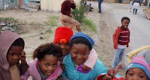 Ta er ut till townshipsen och prata med människor, tipsar deckarförfattaren Deon Meyer. Här barn i Khayelitsha, ett township i Kapstaden.