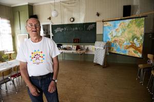 Fred Mellberg, ordförande i Styrnäs hembygdsförening, i skolsalen.