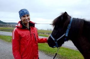 Joanna Sätter har haft ett stort intresse för islandshästar i stort sett hela livet. På Wången går hon hippologutbildningen. I den ingår att ta hand om trettonårige valacken Sjóli.