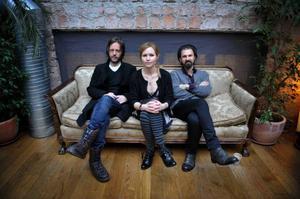 """A Camp är tillbaka. Niclas Frisk, Nina Persson och Nathan Larson skapade nya skivan """"Colonia"""" i New York – en stad som har inspirerat dem alla. Foto: Jessica Gow/Scanpix"""