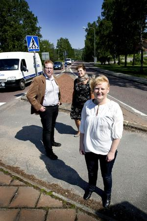 NY EUROPAVÄG. På tisdagen presenterade Hofors, Gävle och Sandvikens kommunalråd att riks 80 blivit E16. Den fysiska sträckningen på nya europavägen blir Gävle-Oslo, men i marknadsföringen har vägen sträckningen Moskva-Londonderry. Då räknar man med båttrafiken från ryssland till Gävle och från Oslo och vidare via båt till Nordirland. De socialdemokratiska kommunalråden, Marie-Louise Dangardt, Carina Blank och Peter Kärnström hade kallat till presskonferens i Hofors.