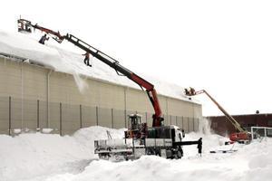 Många ton snö vräktes ner från Moabhallens tak för att undvika att taket rasade in. Bild: JAN WIJK