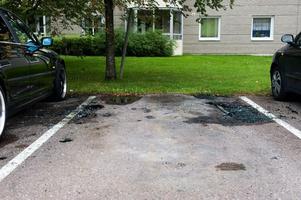 På platsen där den sprängda bilen stod fanns på lördagen bara glassplitter och smält gummi. Även bilen intill fick omfattande skador av explosionen. Foto:Jonatan Svedgård