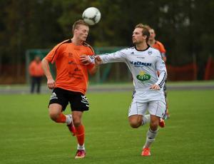 Frösöns Jonas Gustavsson, till höger, skulle nog haft straff när han blev kapad i andra halvlek.