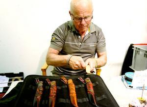 Knivmakare Owe Wallin från Hudiksvall med sina knivar.