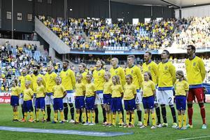 Svenska landslaget under nationalsången inför  fotbollslandskampen mellan Sverige och Slovenien på Swedbank Stadion i Malmö i fjol.