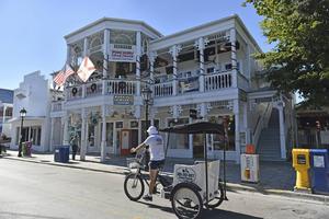 Morgon på huvudgatan Duval street i Key West. Detta är enda tillfället på dygnet då gatans berömda barer håller stängt en stund.   Foto: Anders Pihl/TT