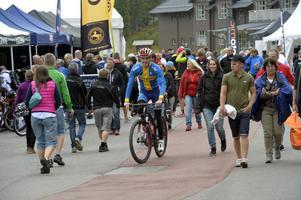 Elitcyklisten Magnus Darvell cruisar långsamt genom folkmassorna vid alla utställningsstång i Lindvallen.
