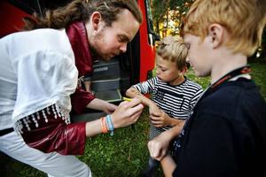 Simon Lind, 8 år, och Linus Lagerman, 8 år, passade på att få autografen av killarna i Larz-Kristerz.