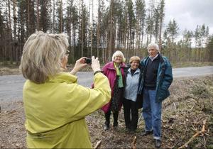 Det här ögonblicket måste förevigas, säger kommunstyrelsens ordförande i Krokom, Maria Söderberg och tar en bild på Agneta Hultin från Lövsjön, Maj Johansson från Flykälen och Kjell-Jonas Enarsson från Laxviken. Alla fyra har kämpat hårt för att få Trafikverket att satsa på väg 339.