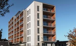 Det nya huset har sex våningar och är det första som står klart i omvandlingen av Ängsgärdet.