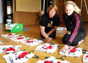 Anette Nääs (t.v.) och Mimmi Backskog laddar upp med startlapparna inför tävlingen.