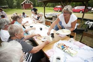 Efter doppet, 37 olika sorters kakor, serverades prinsesstårta. Här lägger Kerstin Ekman upp på gästernas fat.