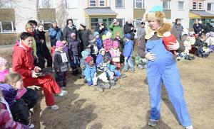 Mycket dunderhonung har det blivit säger Bamse och klappar sig på magen i det lilla skådespel som ingår i Bamse-projektet på förskolan Grönsiskan.