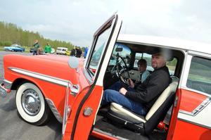 Johan Andersson och hans son Andreas i en Chevrolet Bel Air från 1956. Bilen äger Johans mamma, Ulla. Foto: Samuel Borg