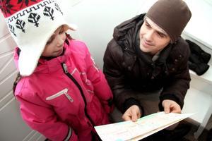 – Vi är jättenöjda med Carolines verksamhet, säger Christian Lindgren, som hämtade hem Elisabeth – och hennes teckningar.