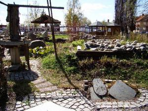 I geologiska trädgården finns flera trädgårdsrum som är uppbyggda av olika bergarter.