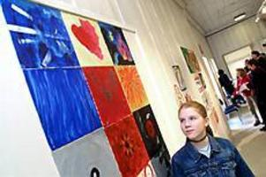 Foto: LASSE WIGERTBildskoleutställning. Roligast har varit att måla känslor tycker Ida Back. Hennes Ledsen, Kärlek och Arg hänger i den översta raden.