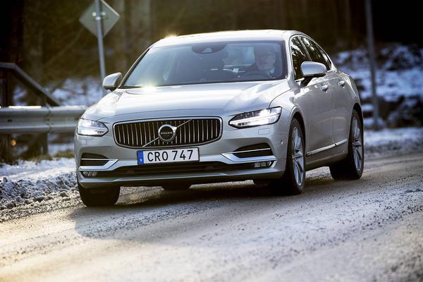 Ola Thelberg i nya lyxiga S90 - som inte har några problem att mäta sig med de tyska premiummärkena.