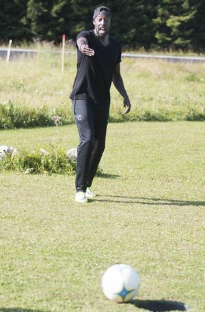 Ronald Mukiibi jobbar in en boll som sakta skruvar sig ner i hålet.