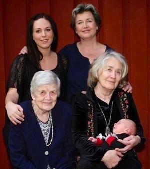 Den femtonde september träffades fem generationer hemma hos Ann Nyström i Kniva, Falun. Naturligtvis passade man på att föreviga tilldragelsen på bild. Stående från vänster Hanna Nyström, Stockholm, mamma och Ann Nyström, Kniva, mormor. Sittande Elin Nyrén, Bjursås, mormors mormor och Solveig Sjöberg, Bjursås, morsmors mor, med William Nyström, 1 månad, i famnen.