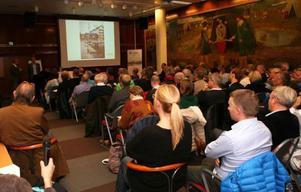 Fredssalen i Storsjöteatern fylldes till sista plats när kommunen ordnade informationsmöte om Storsjö Strand.
