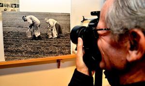 Omtag. Håkan Drugge reprofotograferar Nils P. Blix bild som var förlaga till frimärket. Denna kopia fanns på postkontoret i Lindesberg.