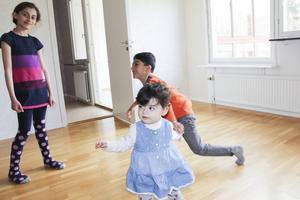 Vardagsrummet är stort nog för Marya, Jawad och Samila att leka i.